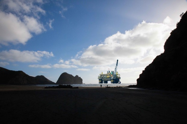 Piha_with_oil_rig